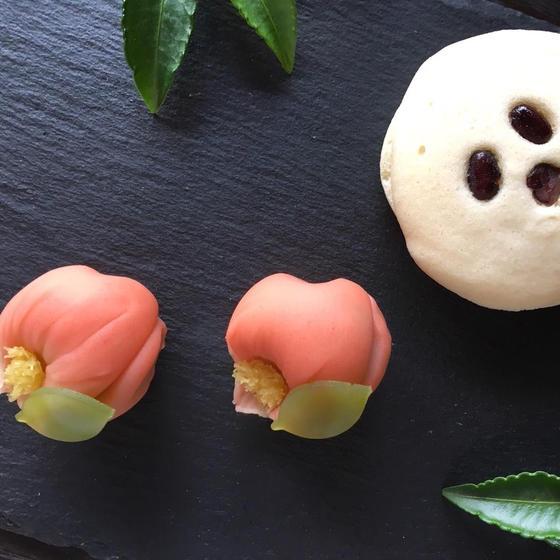"""柚子風味を効かせた軽い食感の""""蒸しどら""""と煉切製の""""山茶花"""""""