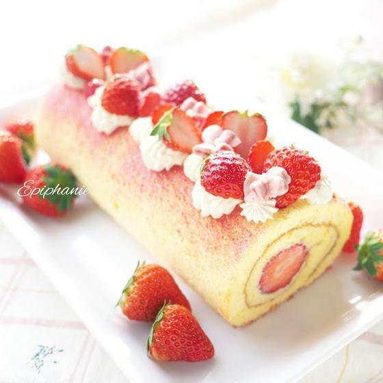 イチゴのカスタードロールケーキとローズ絞りクッキー