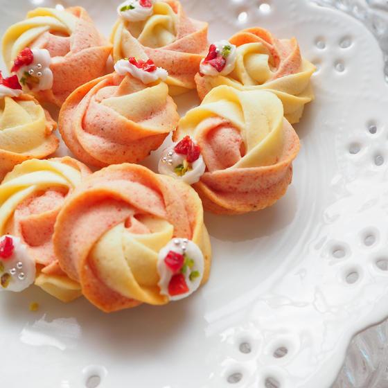 ストロベリーとバニラ2色のローズ絞りクッキー