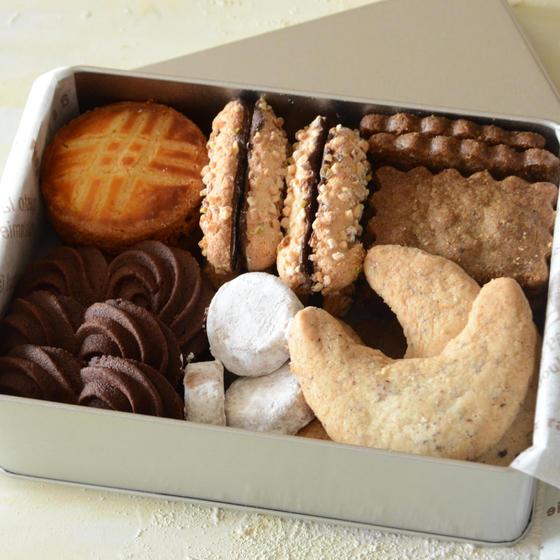 6種類のクッキーをブリキ缶に詰めます