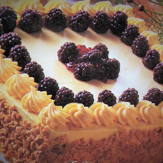 ベリーを使った黒糖メープルケーキ