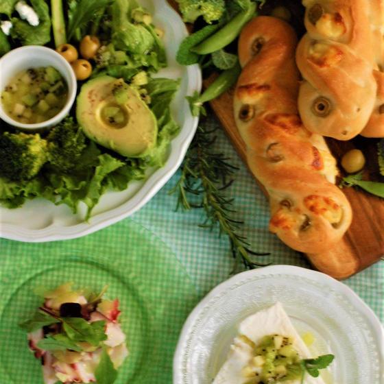 新緑の季節 「グリーンオリーブとチーズ」パンと緑色のランチ!