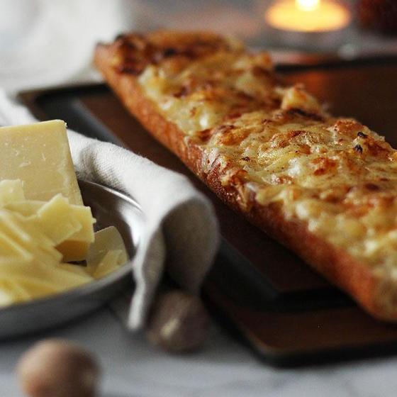 オニオンとグリュイエールチーズのタルティーヌ