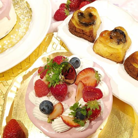 ピンクのショートケーキとファーブルトン