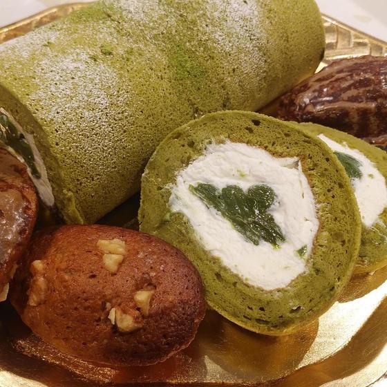 抹茶のロールケーキ(黒糖マドレーヌ)