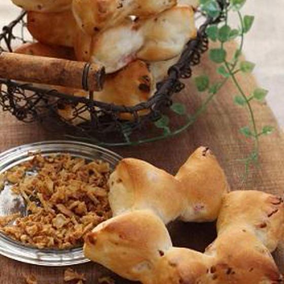 ベーコン&フライドオニオンパンと黒糖クルミちぎりパン