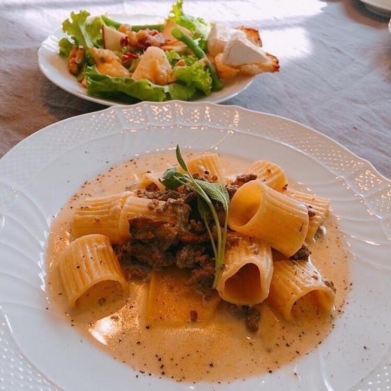 ポルチーニと牛肉のラグー&焼きカマンベールとりんごのサ