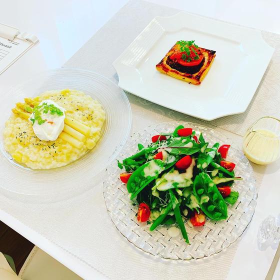 ホワイトアスパラリゾット、豚肉ハーブパイ、新玉葱ドレサラダ