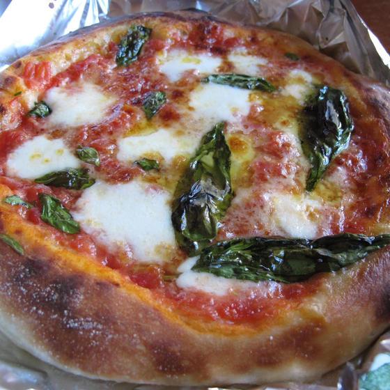 手作りピッツァマルゲリータとズッキーニの卵スープ