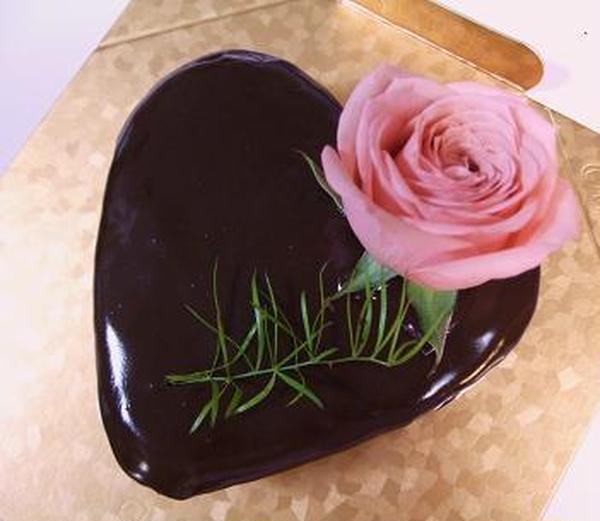 バレンタインケーキはチョコレートをつや良くコーティング。