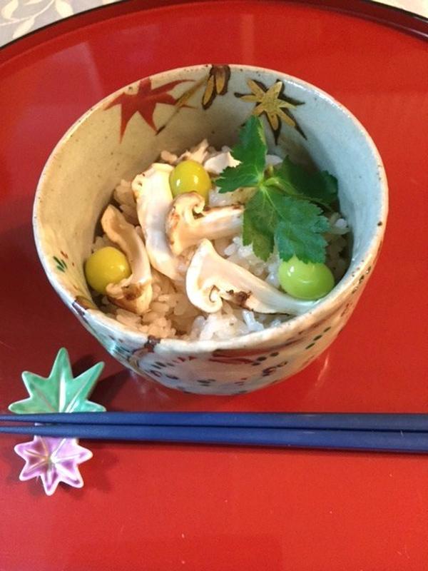秋の味覚「松茸ごはん」 本格的にお釜で炊きます。