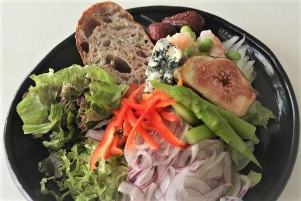 シンプルなパンはワンプレートでサラダやチーズやハムと試食。