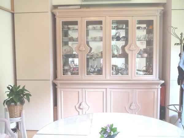 イタリア製のピンクベージュの食器棚♪