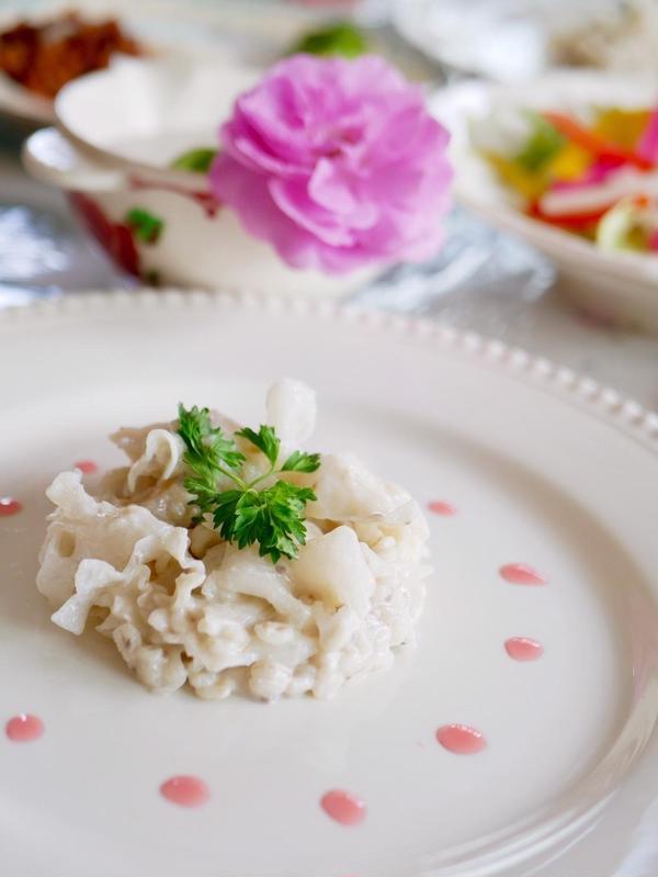 美肌効果のあるというキクラゲ。薔薇風味のソースを添えて。