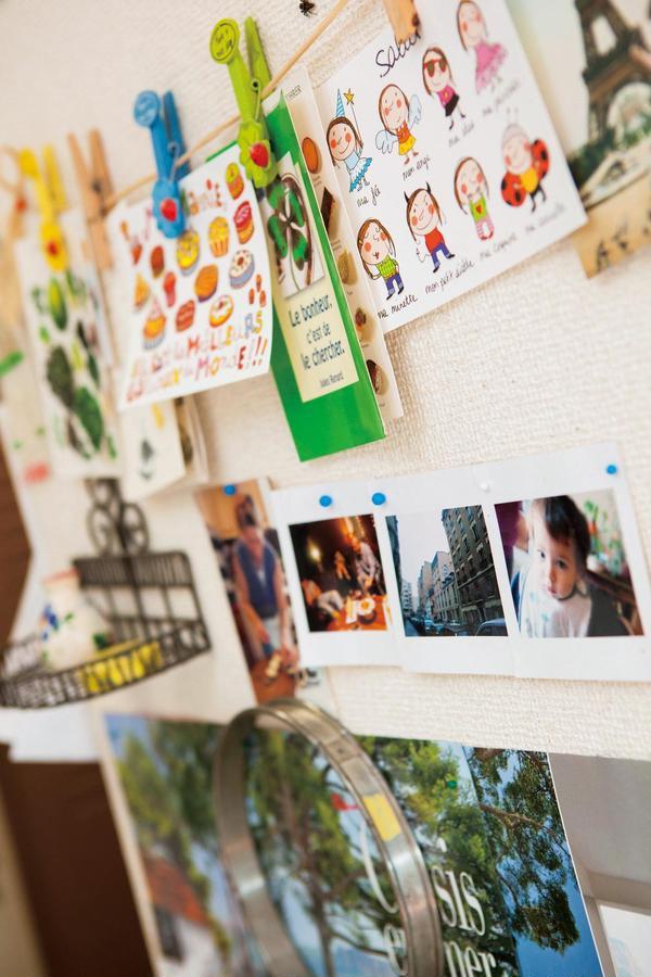 キッチンの壁にはコケティッシュなカードが。パリ気分!