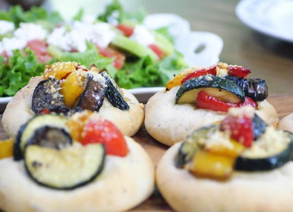 野菜のフォカッチャとキウイのサラダは夏らしいメニュー
