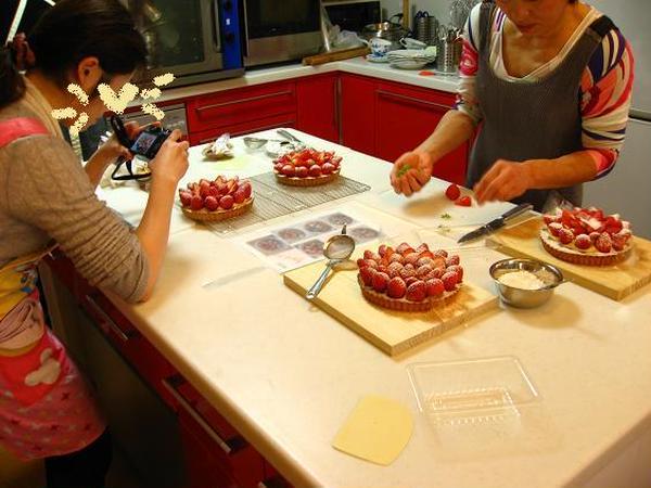 <教室風景>苺のタルトの仕上げ中…。上手く出来ましたか?
