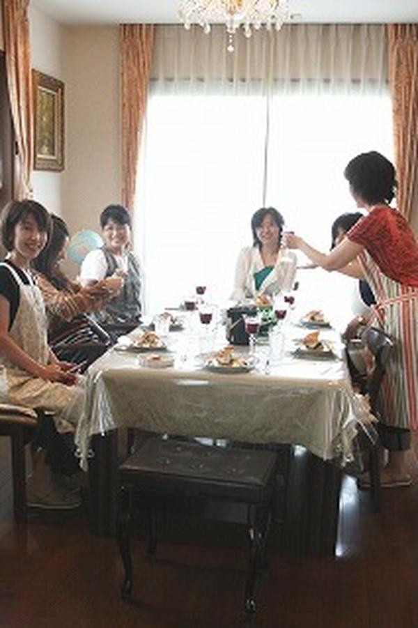 レッスン後はワインで乾杯。楽しいお食事会