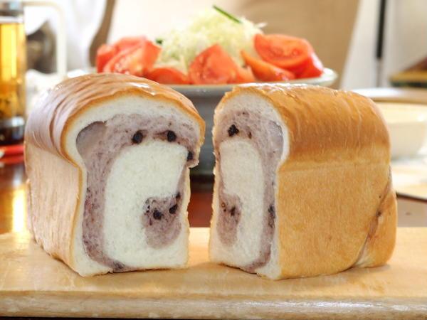ブルーべり生地を巻き込んだ食パン。