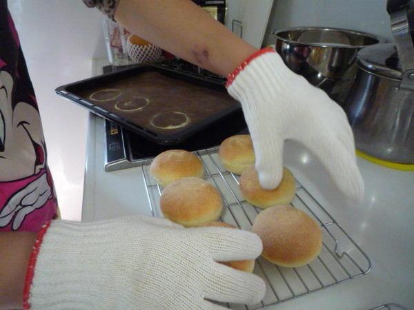 熱々のパンは2枚重ねた軍手で取り出すと便利。