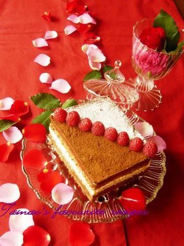 ショコラケーキ。2種の生地とクリーム。6層のケーキ。