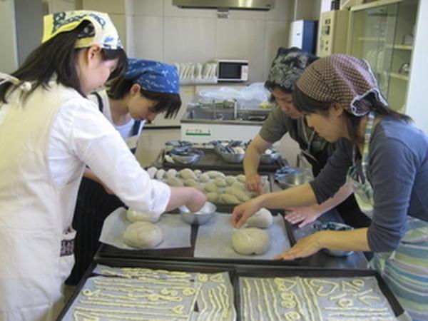 大人のクラス。ライ麦パンを作っています。