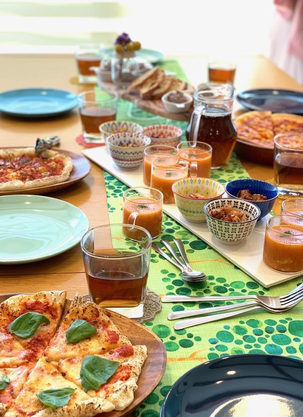 ピザパーティー講座の様子。みんなでワイワイ試食タイムです。