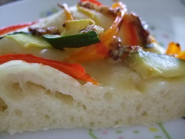 季節の野菜をのせたフォカチャとグリッシーニを作ります。