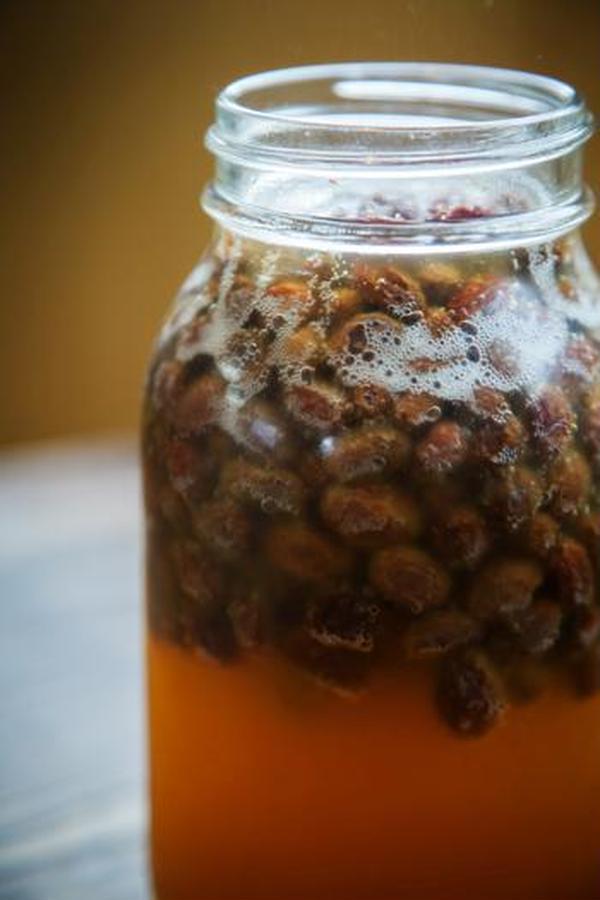 自家製酵母は、オーガニックドライレーズンから作ります。