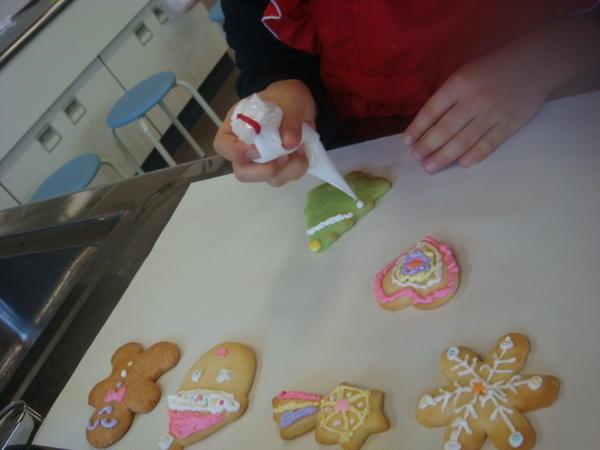 子どもたちを対象にしたデコレーションクッキー教室☆みんな真剣