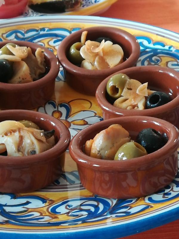 オリーブとつぶ貝のアヒージョ