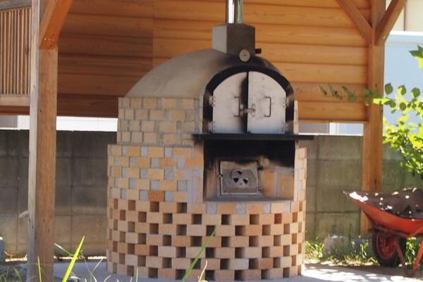 庭に手作り石窯を設置