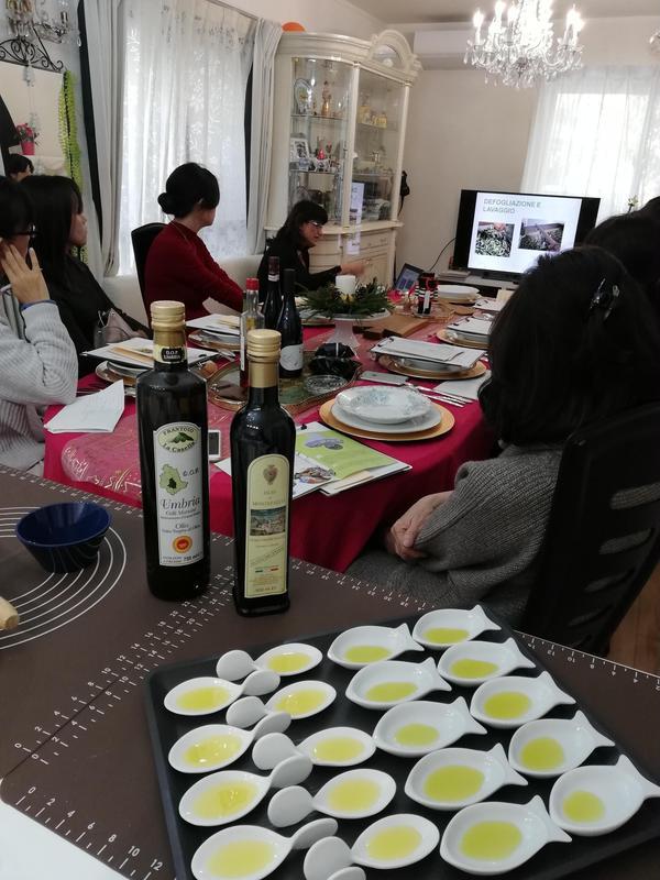 イタリア人ゲストのオリーブオイルセミナーで搾りたてオイルを