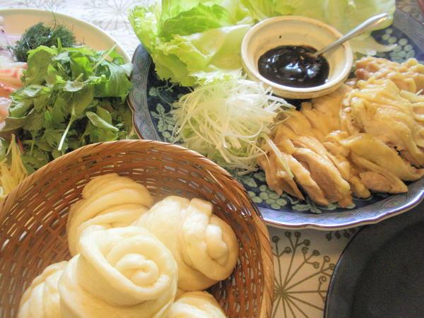 花巻パンと蒸し鶏(おウチ料理)