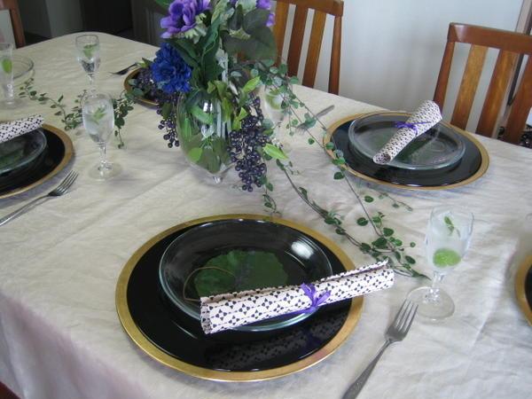 5月のテーブルは、紫黒緑を基調に作りました。