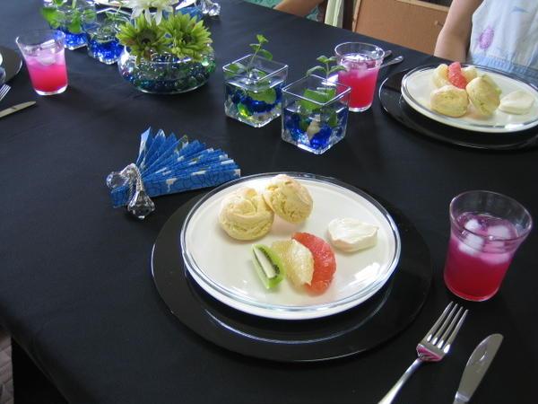 7月のテーブルは、黒・青をガラスを使って涼しく演出しています