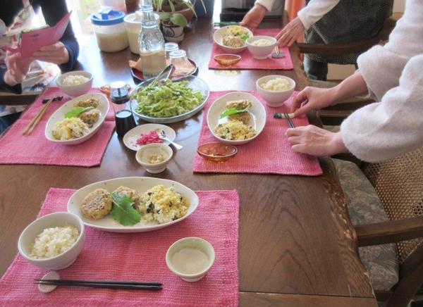 雑穀レッスン:試食前みなさんで配膳。早く食べたいですね~。