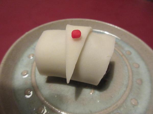 1月の和菓子で福鶴です。練り切り生地できりっと仕上げましょう