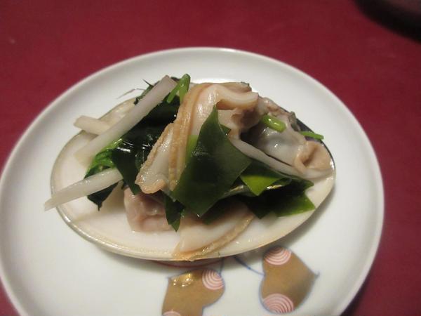 蛤の生姜酢和えです。独活とわかめの香りを添えて