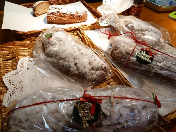 クリスマスの定番・シュトーレンは赤い麻紐でラッピング