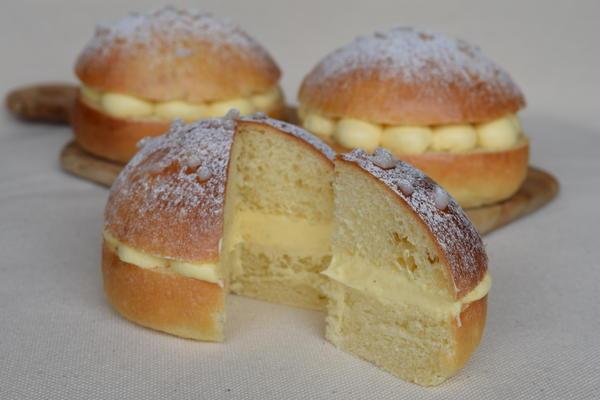 タルトトロペジェンヌ:南フランスのお菓子です。