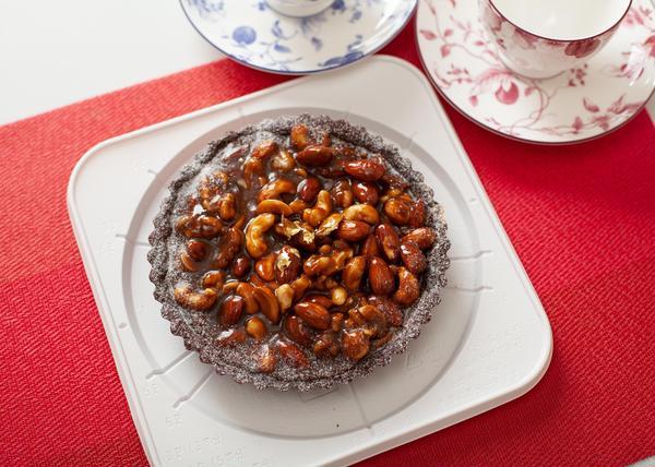 黒糖で作るココアとナッツのタルト