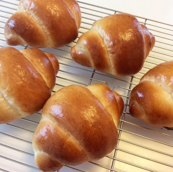 段をくっきりと形よく作るバターロール