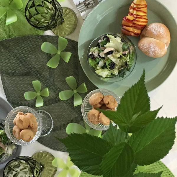 新緑の季節は爽やかに。試食テーブルは季節感を出して。