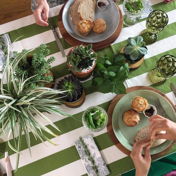 試食テーブルはいつも楽しく話題がいっぱい。