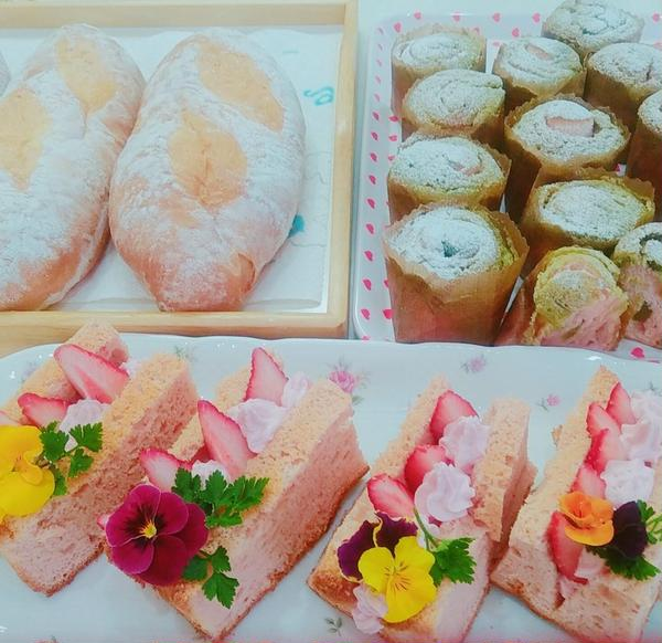 シフォンケーキサンド、苺とエディブルフラワーで飾りました。
