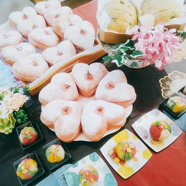 春!ピンク色のハートパンと練り切り。