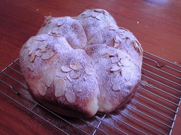 基本コース「アーモンドリング」パン作りの基礎作業を学びます。