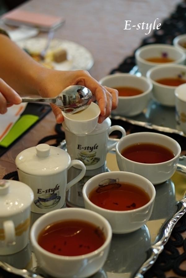 テースティングカップを使い、紅茶の飲み比べです。
