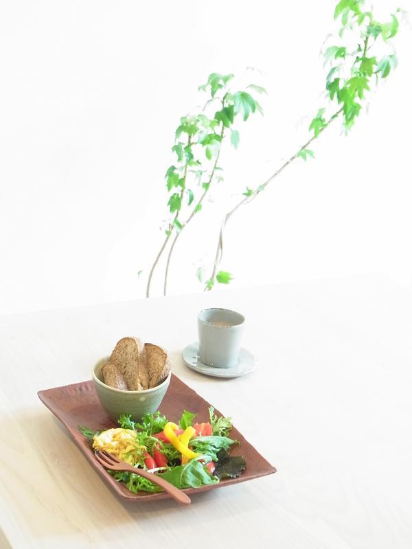 京都の作家さんの深い赤のお皿を、カフェ講座のプレートに